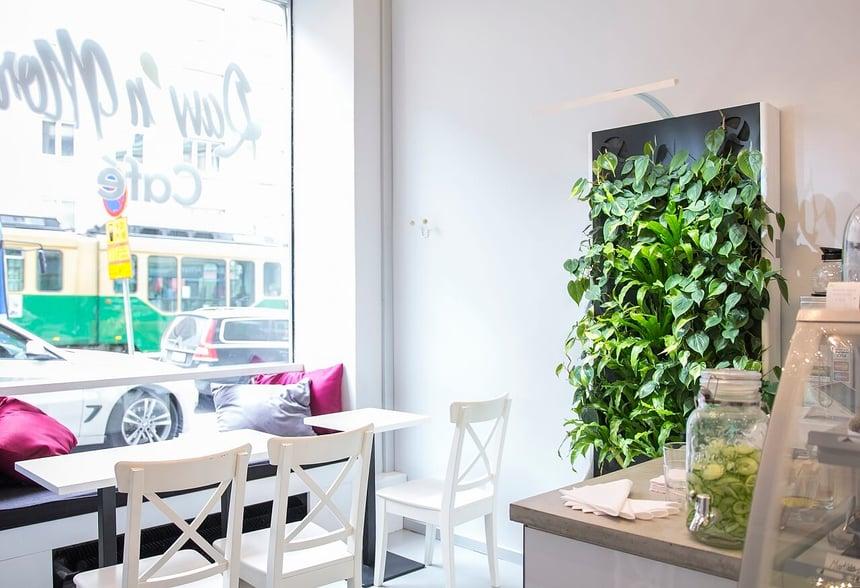 Kahvilassa rentoutuessa pääsee pakoon Helsingin keskustan hälinää.