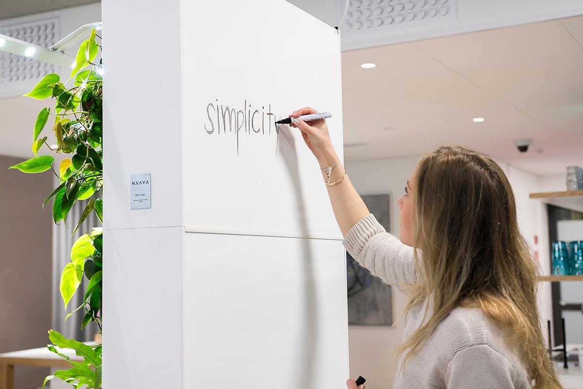 Naava-älyviherseinän takapaneeli voi toimia myös whiteboardina.