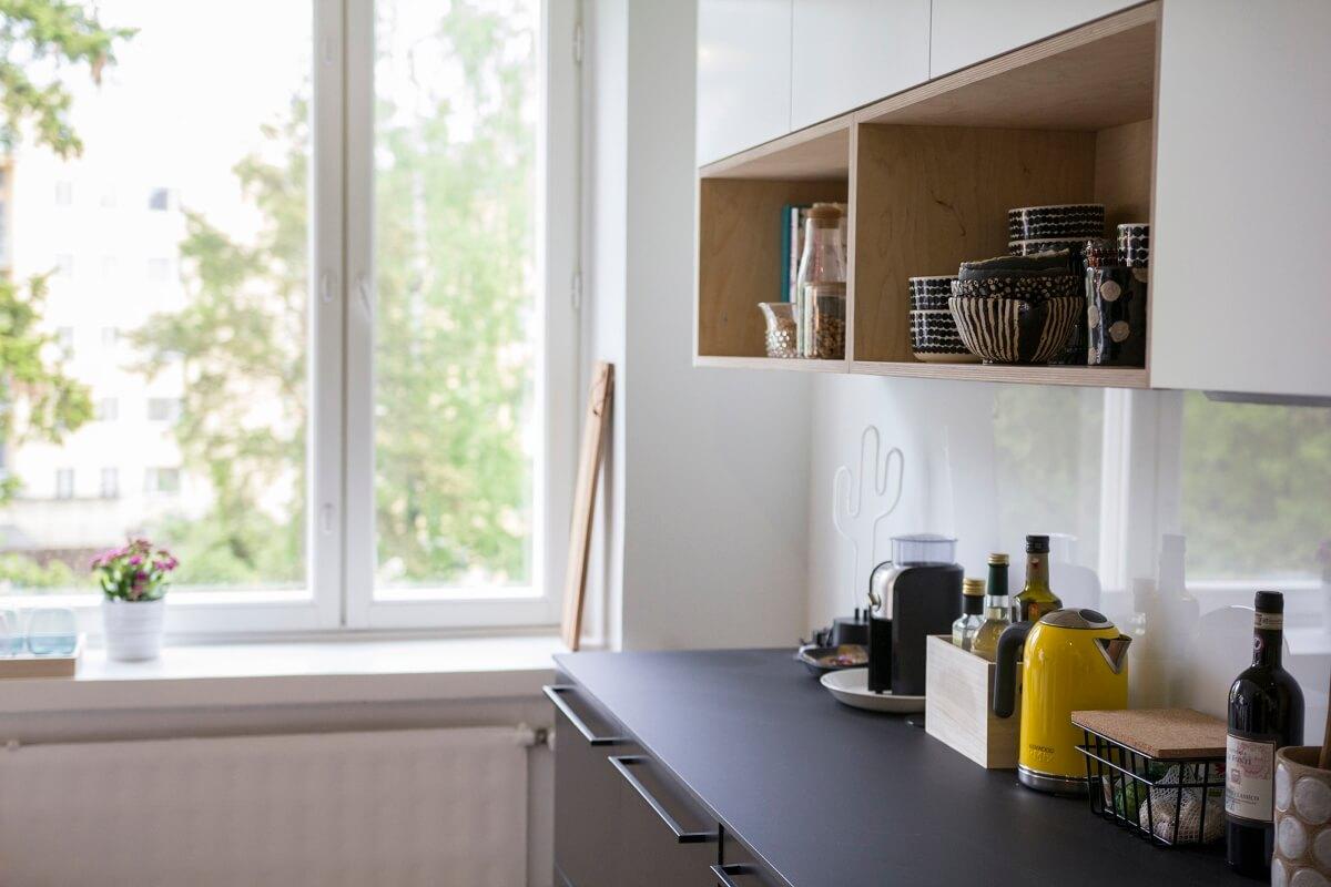 Keittiön värimaailma leikittelee vaalean ja tumman kontrastilla.