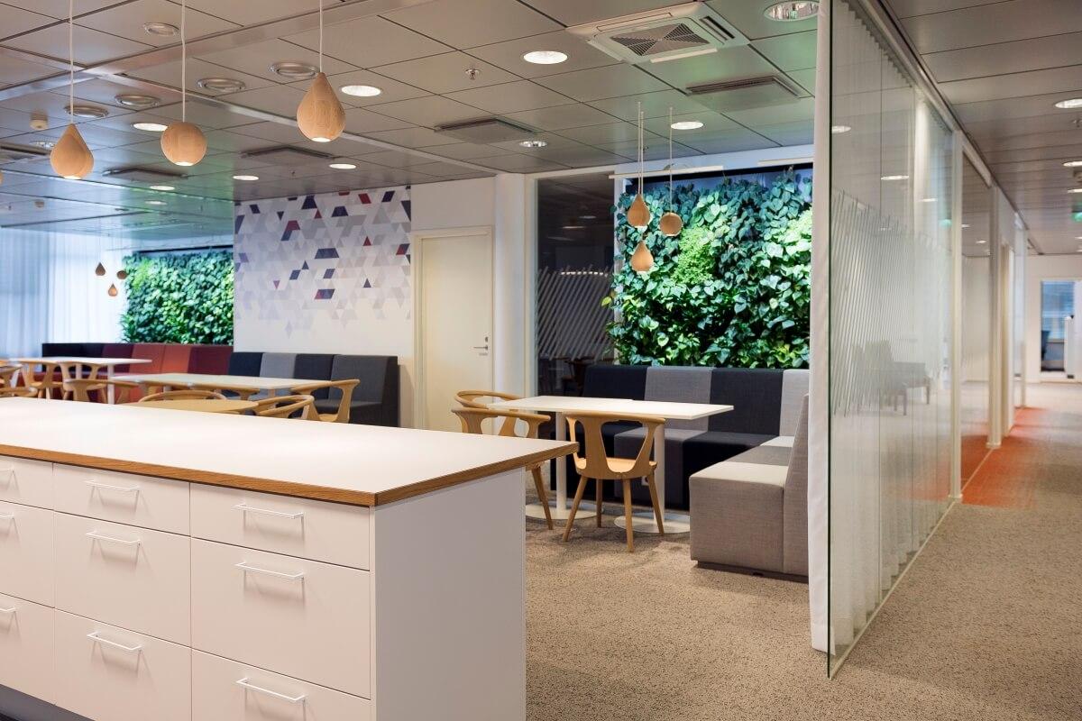 Viherseinät ovat sijoitettu näkymään ympäri toimistoa.