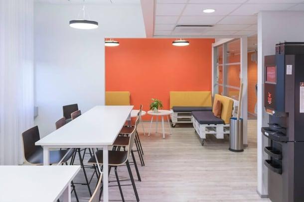 Lassila & Tikanojan värikäs toimistotila.